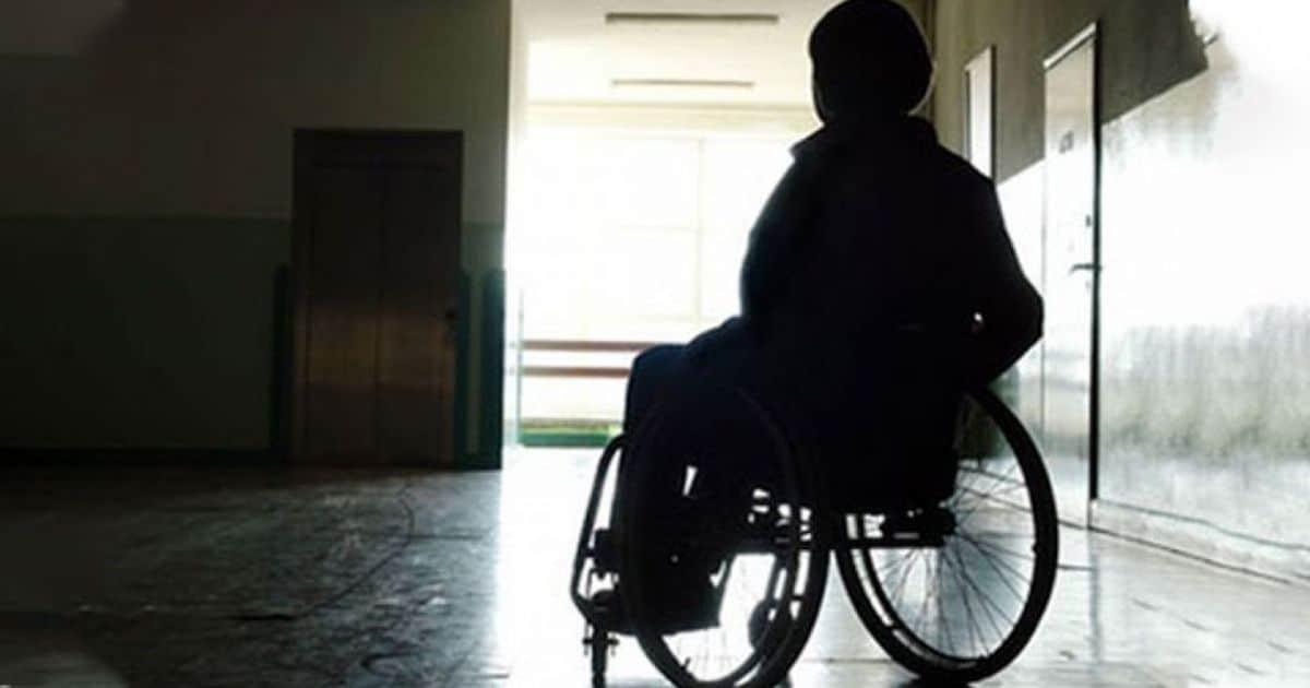 mujer silla de ruedas discapacidad