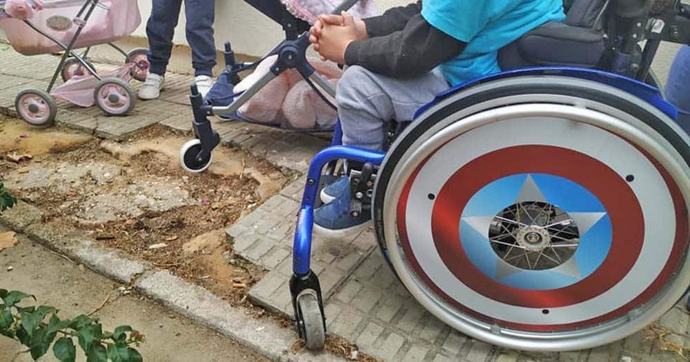 Un niño pequeño enseña los problemas de accesibilidad que se encuentra para ir a la Escuela