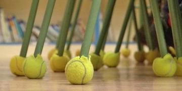 Pelotas de tenis colocadas en las sillas y mesas para ayudar a niños con autismo