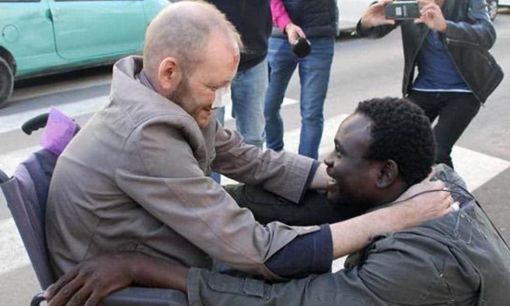 Álex y Gorgui abrazados en su reencuentro tras el rescate del incendio
