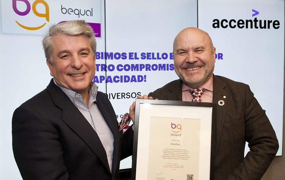 Accenture reconocida con el Sello Bequal Plus que otorga la Fundación Bequal. El presidente de Accenture, Juan Pedro Moreno, ha recibido el Sello Bequal de manos de Luis Cayo Pérez, presidente de la Fundación Bequal - FUNDACIÓN ONCE
