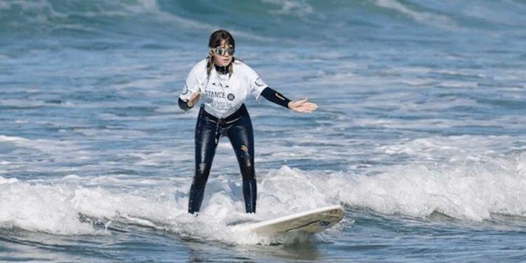 Carmen López surfista ciega practicando surf