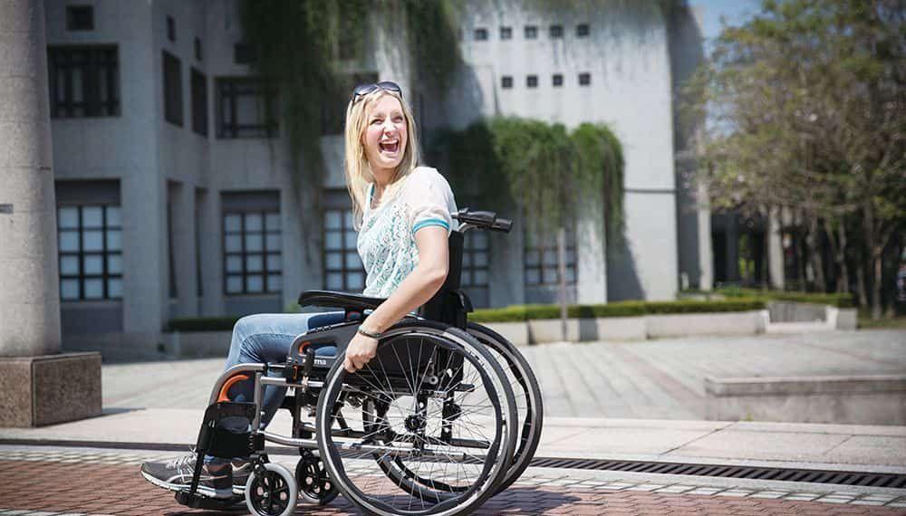 Mujer con discapacidad en silla de ruedas   Día Internacional de la silla de ruedas
