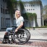 Mujer con discapacidad en silla de ruedas