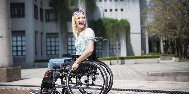 Mujer con discapacidad en silla de ruedas | Día Internacional de la silla de ruedas