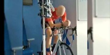 El ciclista Juan Francisco Fernández entrenando en el hospital mientras lucha contra la leucemia