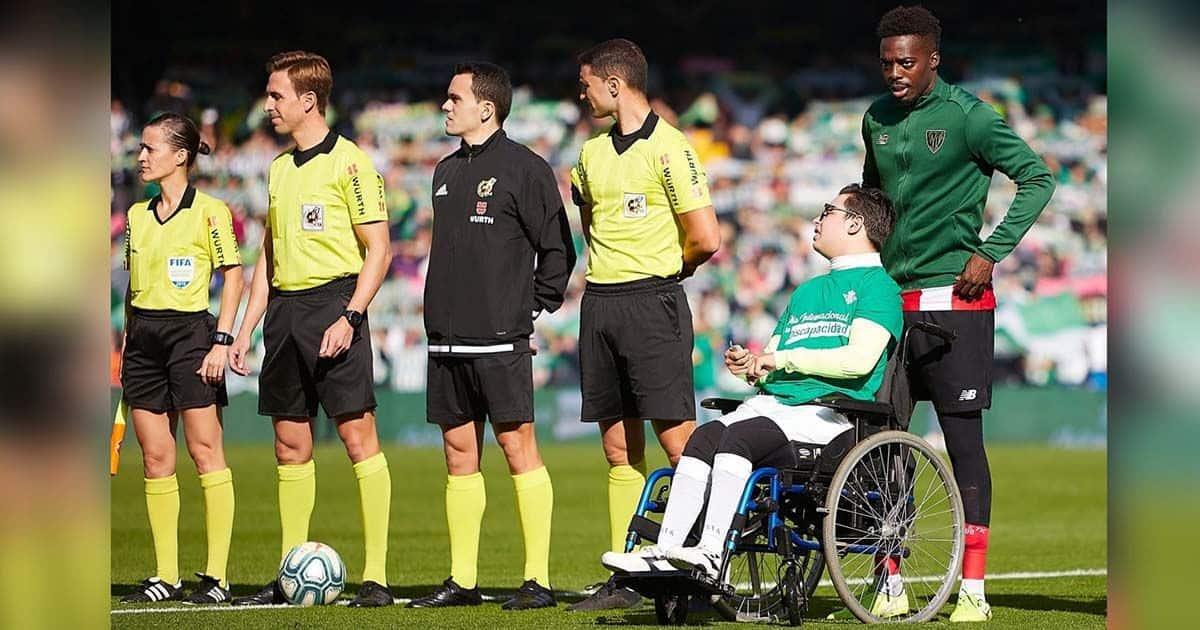 Iñaki Williams junto a joven con discapacidad | Foto de Fran Santiago