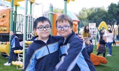 Niños con discapacidad abrazándose
