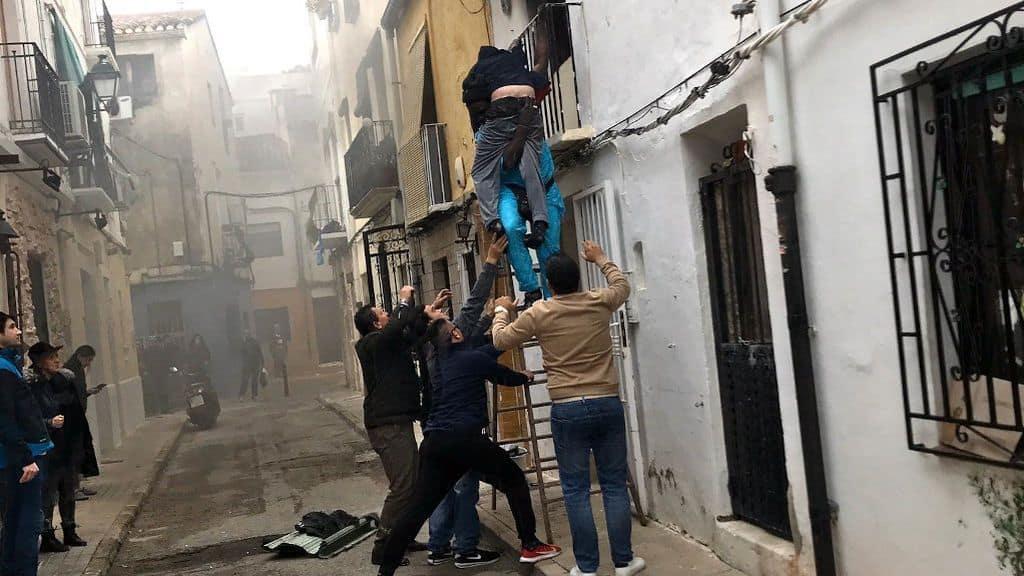 Bajando al hombre por la fachada