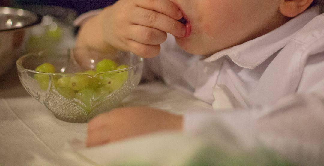 Niño comiendo uvas