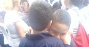 Rafa y João se abrazan