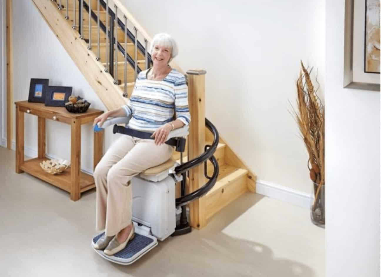 Mujer en silla salvaescaleras