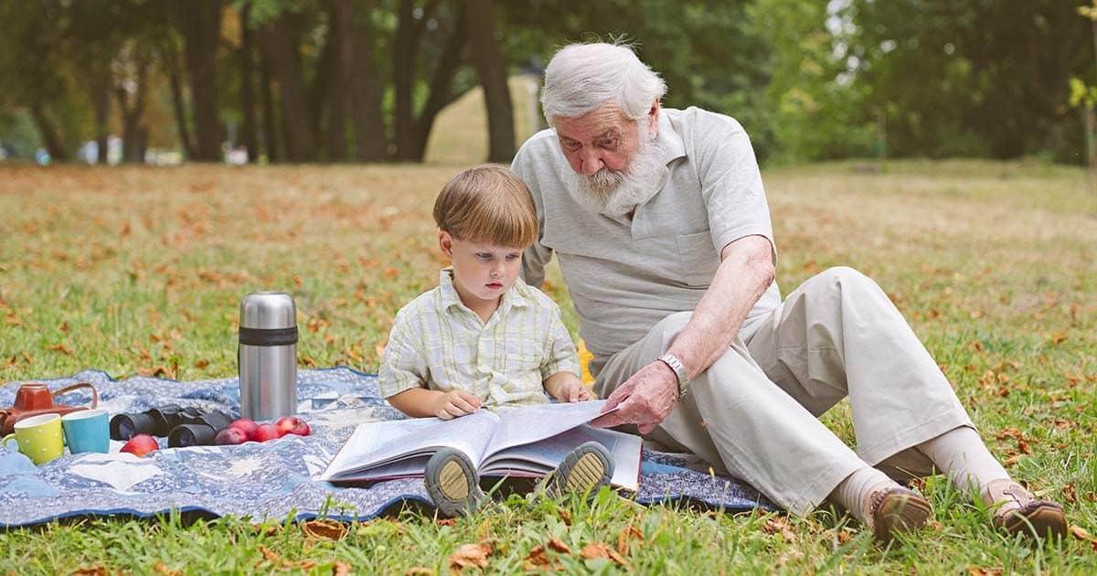 Abuelo cuidando de su nieto