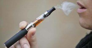 Hombre fumando cigarrillo electrónico
