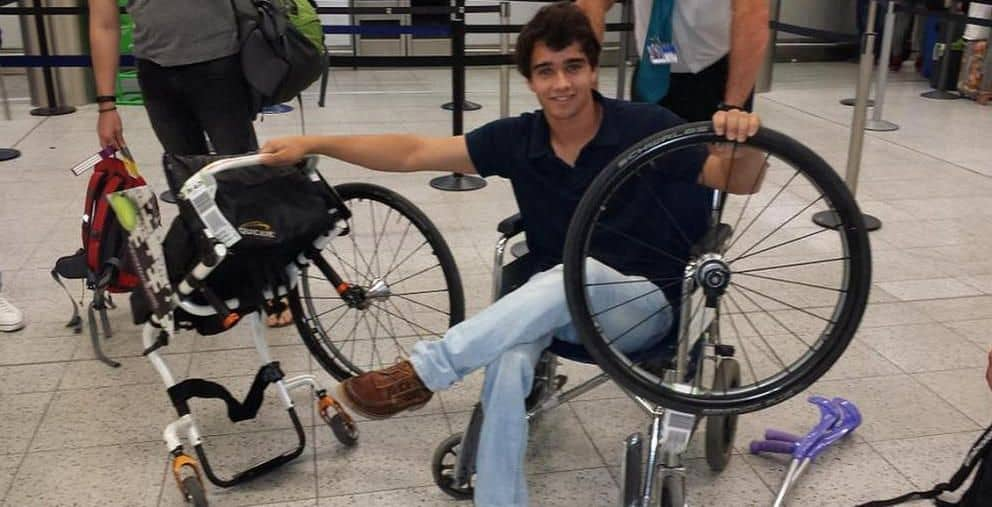 Daniel Caverzaschi después de recoger su silla rota (Twitter: @DaniCaver)