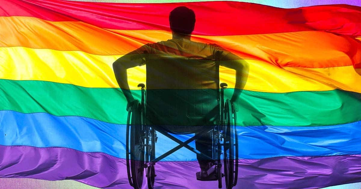 Persona con discapacidad y bandera lgtbi