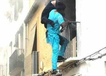hombre rescatando a una persona con discapacidad del fuego