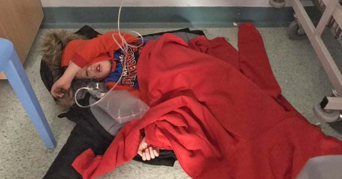 Un niño de 4 años, obligado a dormir en el suelo de un hospital