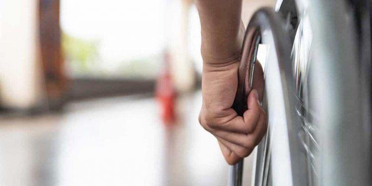 Persona con discapacidad en silla de ruedas   ISTOCK