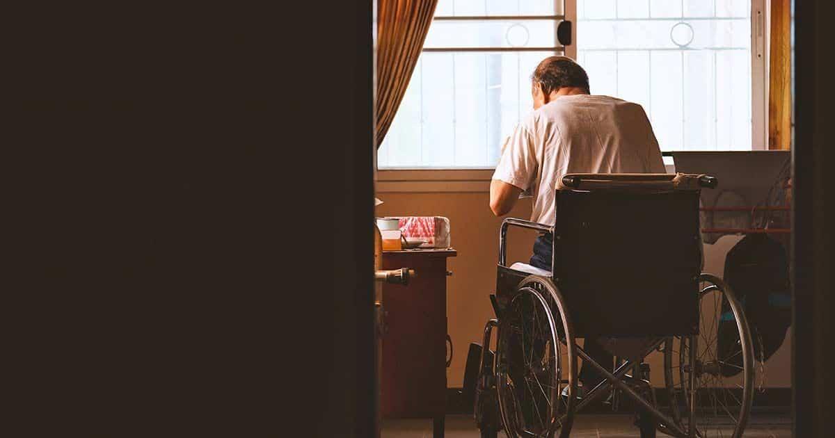 anciano sentado solo en una silla de ruedas discapacidad