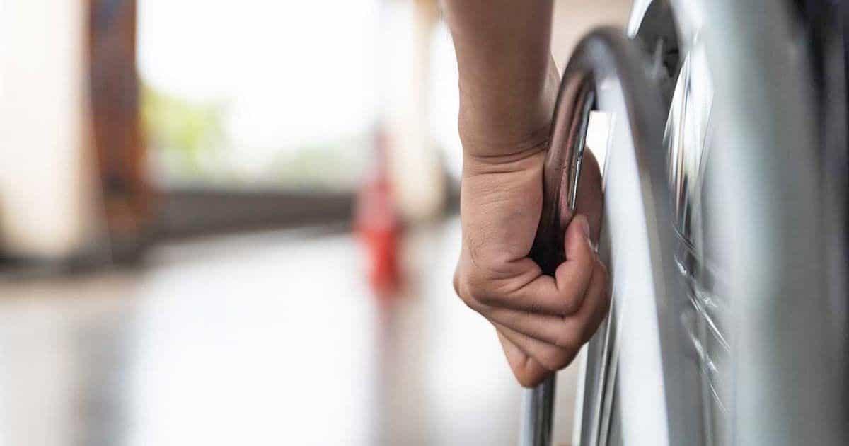 Persona con discapacidad en silla de ruedas | ISTOCK