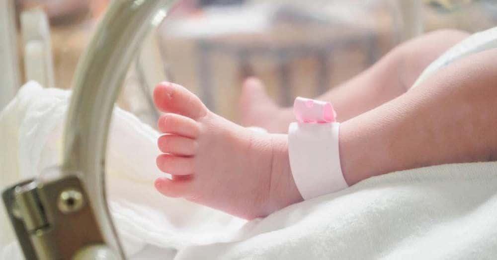 Pierna de un bebé reflujo gastroesofágico encefalopatía hipóxico-isquémica