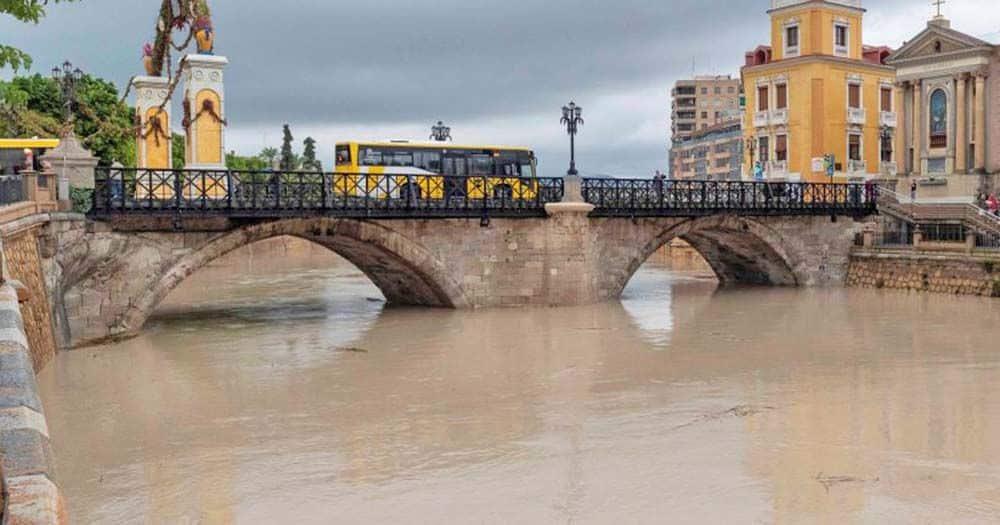 Siete jóvenes tiran al río Segura a una persona con discapacidad