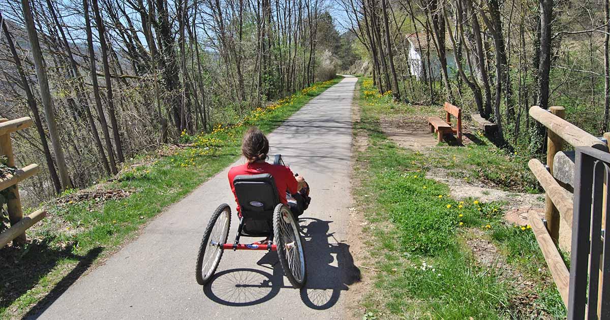 Una persona con discapacidad en una ruta accesible