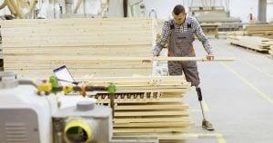 Trabajador con prótesis en las piernas | Freepik