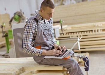 Trabajador con prótesis en las piernas discapacidad | Freepik