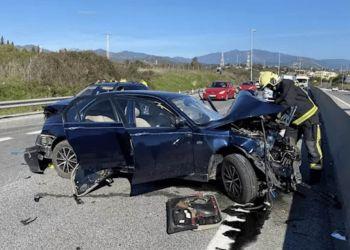 Un bombero en un accidente de tráfico en Coín