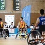 Equipos jugando partido de baloncesto en silla