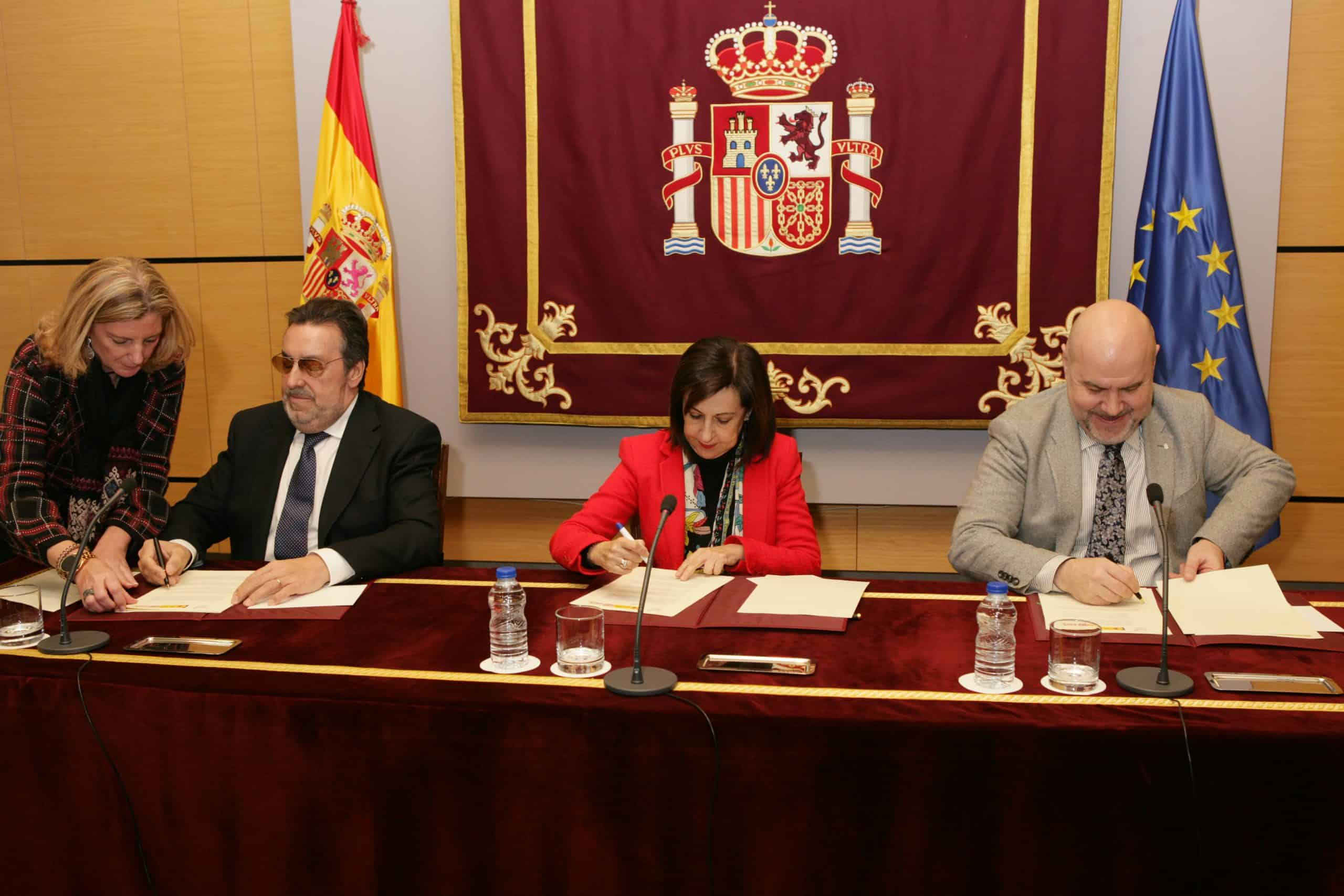 Momento firma de la Ministra de Defensa y presidente de Fundación ONCE y CERMI