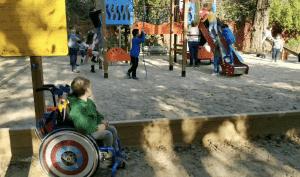 Kiran en un parque infantil inaccesible