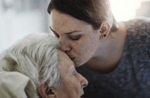 Hija dándole un beso a su madre