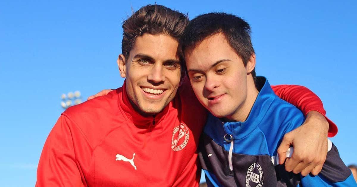 Marc Bartra con un jugador de su equipo inclusivo