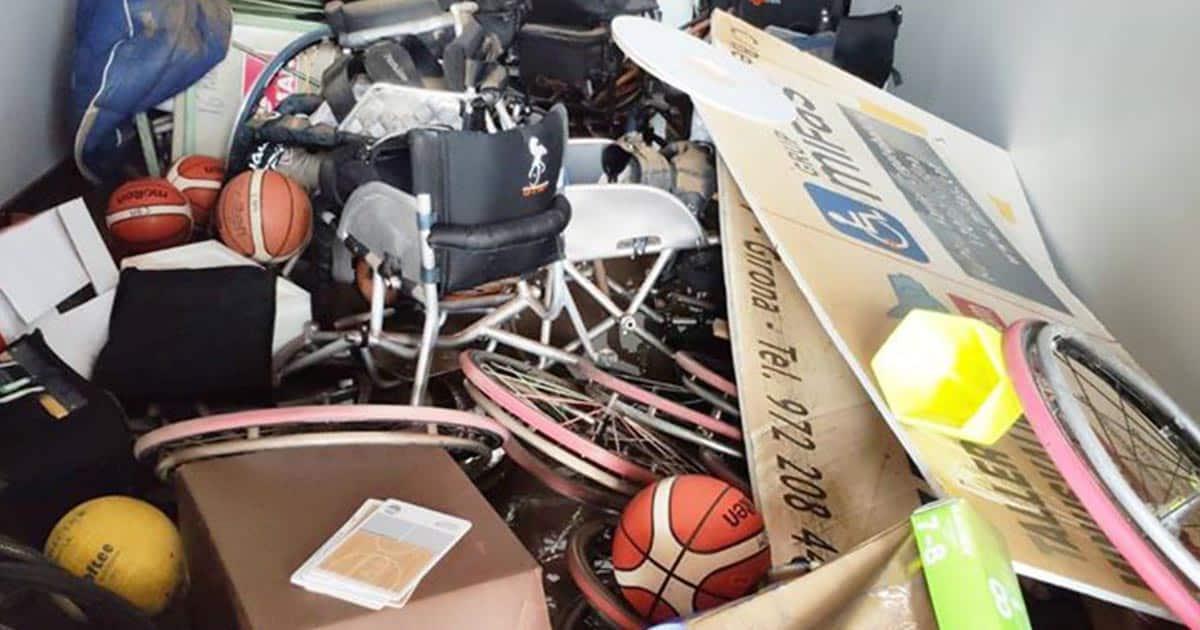 Material de baloncesto en silla destrozado