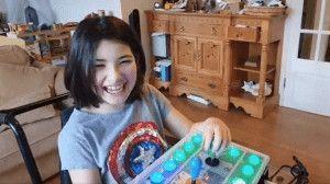 Niña con discapacidad jugando a la consola con mando adaptado