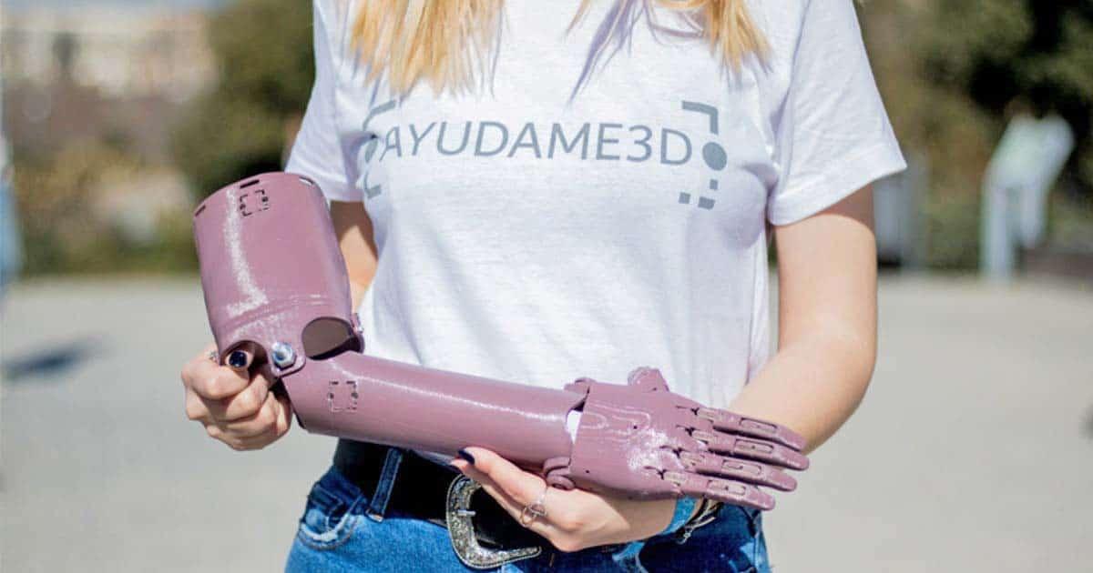 Estudiantes fabrican prótesis de brazos en 3D para personas sin recursos