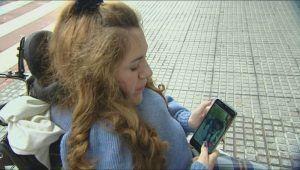 Clara mirando en el móvil una foto de Pocahontas. Foto: La Sexta