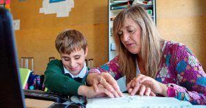 Un niño con discapacidad visual en la escuela