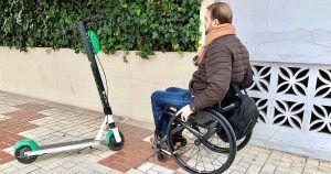 Persona con discapacidad ante un patinete eléctrico, una nueva barrera