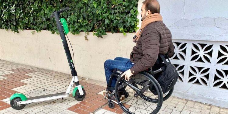 Persona con discapacidad ante un patinete eléctrico, una nueva barrera seguridad vial