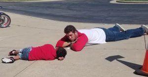 El subdirector de la escuela junto a al alumno con autismo
