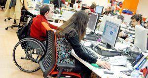 Universitarios con discapacidad realizando prácticas