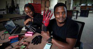 Roy Allen junto a sus guantes para traducir la lengua de signos