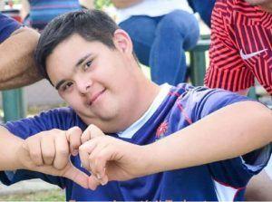 Agustín haciendo un corazón con las manos