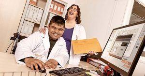 Dos de los trabajadores de la Fundación Roncalli beneficiarios del proyecto 'Impulsa'