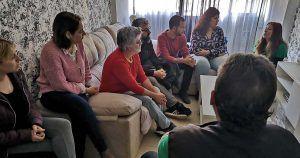 Los concejales de Adelante Sevilla Daniel González Rojas y Sandra Heredia, junto a una vecina afectada de desahucio