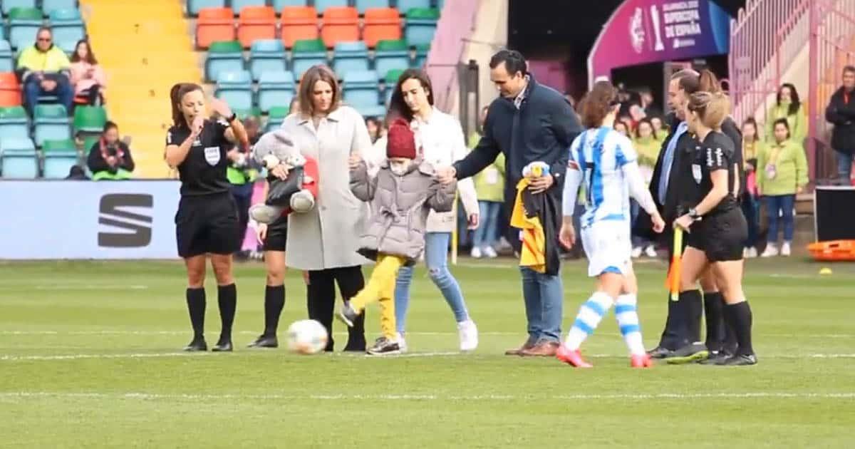 María haciendo el saque de honor en la supercopa de España
